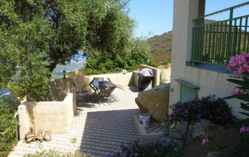 Location de vacances - Villa à Aregno - Terrasse extérieure et barbecue