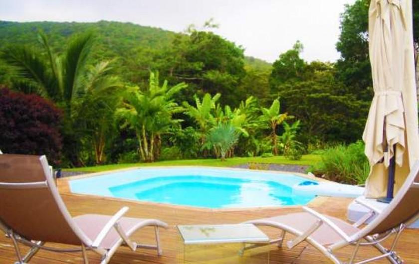 Location de vacances - Chambre d'hôtes à Sainte Rose - Deck jardin picine