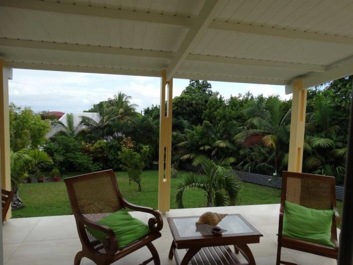 Location de vacances - Studio à Vincendo - Vue sur la varangue et le terrain arboré