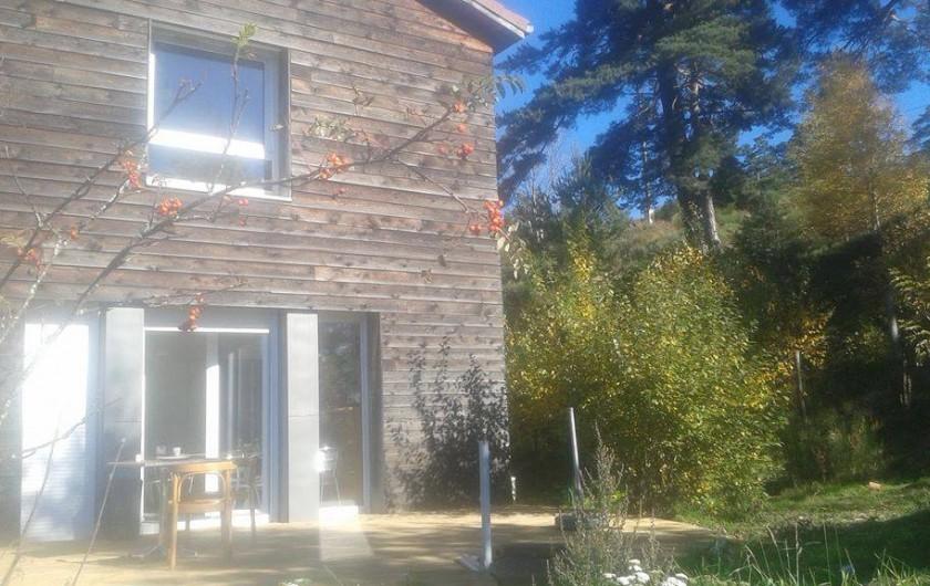 Location de vacances - Chalet à Riotord - La chalet vu de la terrasse.