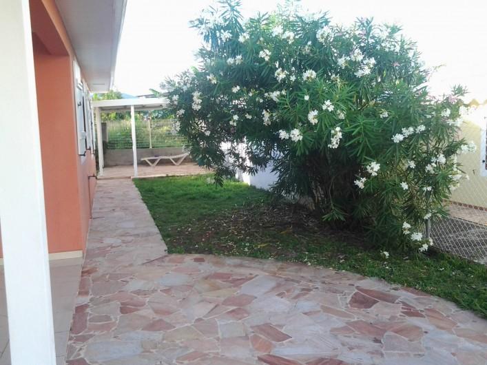 Location de vacances - Villa à Le Lamentin - Jardin 400 M2 côté droit