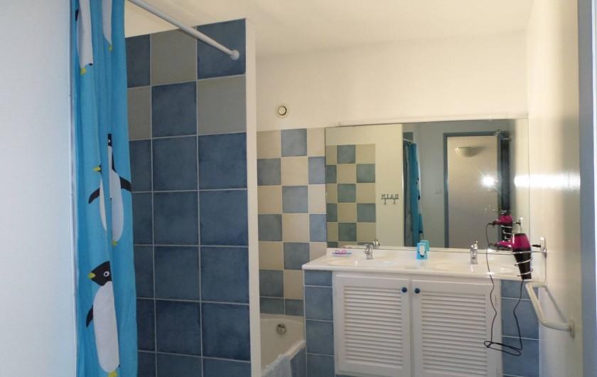 Location de vacances - Villa à Fréjus - Salle de bain étage avec baignoire et douche, 2 vasques