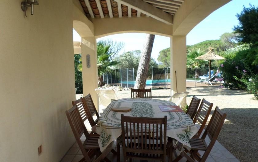 Location de vacances - Villa à Fréjus - terrasse couverte idéale pour manger à l'ombre