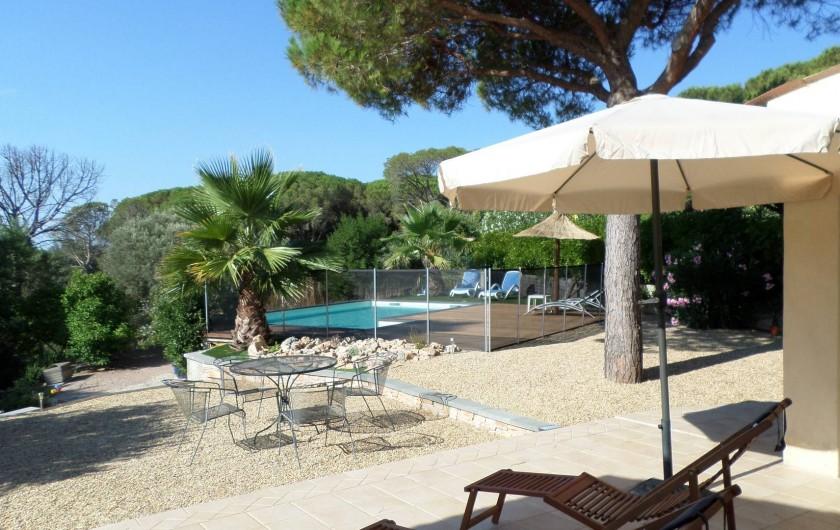 Location de vacances - Villa à Fréjus - vue piscine avec barrière