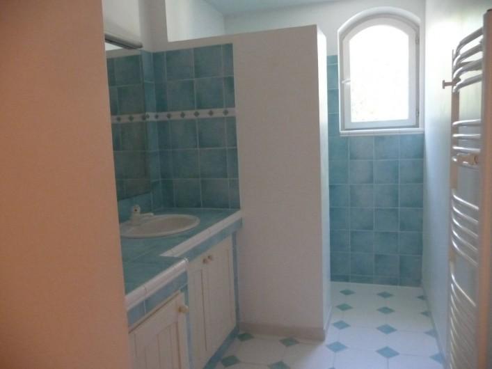 Location de vacances - Villa à Fréjus - salle d'eau avec douche au rez de chaussée