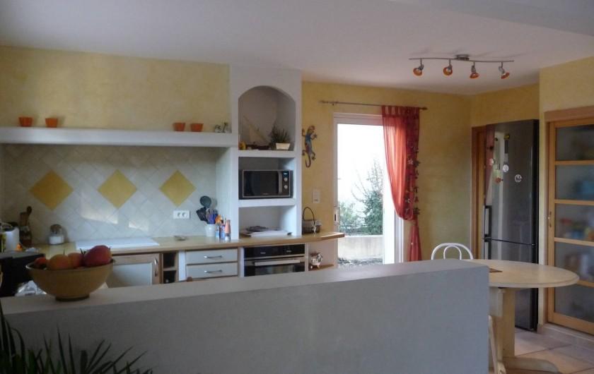 Location de vacances - Villa à Fréjus - cuisine avec tout le nécessaire frigo, four, micro-onde, cafetière.....