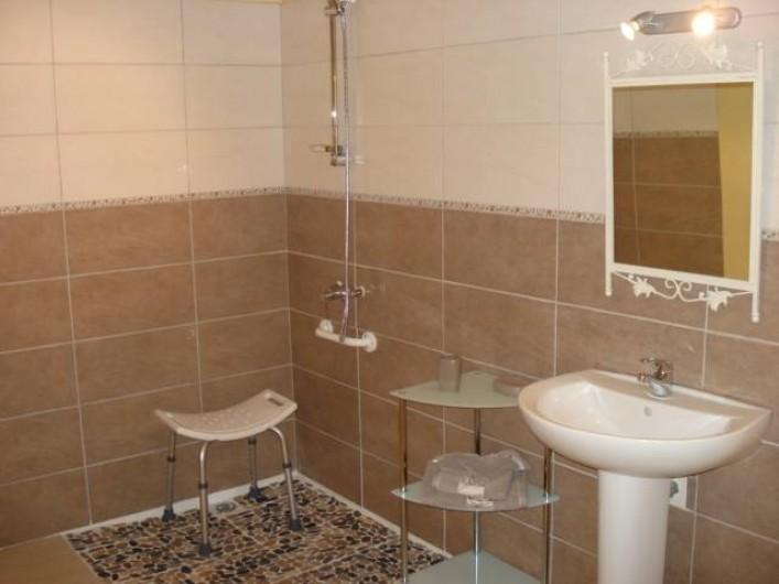 Location de vacances - Gîte à Neuvicq-le-Château - Salle de bain rez de chaussée