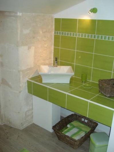 Location de vacances - Gîte à Neuvicq-le-Château - salle de bain à l'étage
