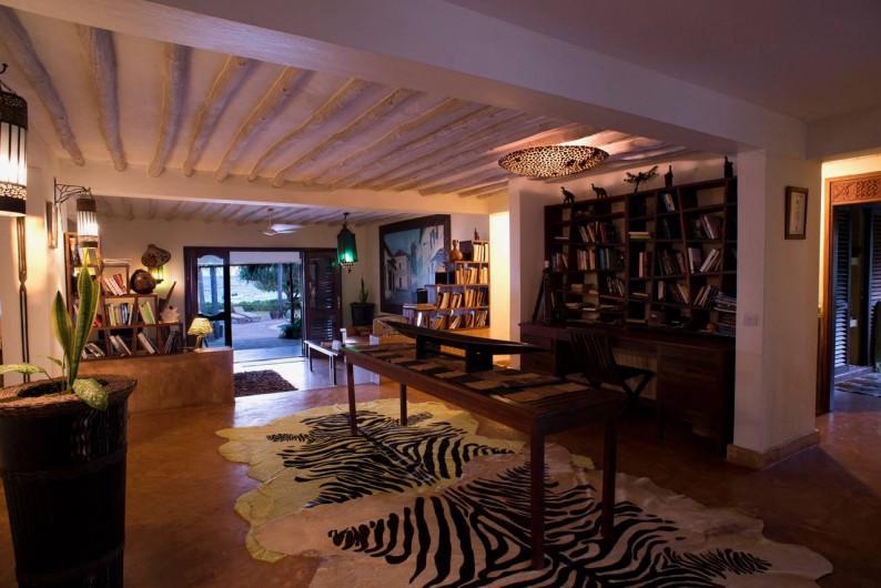 Location de vacances - Villa à Zanzibar - Partie du living room et bibliothèque !