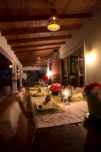 Location de vacances - Villa à Zanzibar - La véranda en attendant le repas du soir .