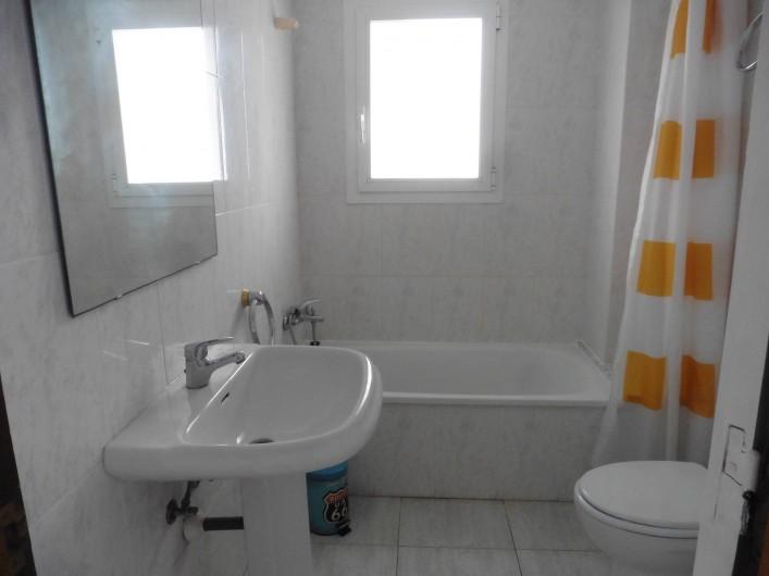 Location de vacances - Appartement à L'Estartit - la salle de bain et les WC