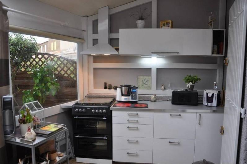 Location de vacances - Maison - Villa à Portiragnes - cuisine d 'été dans véranda