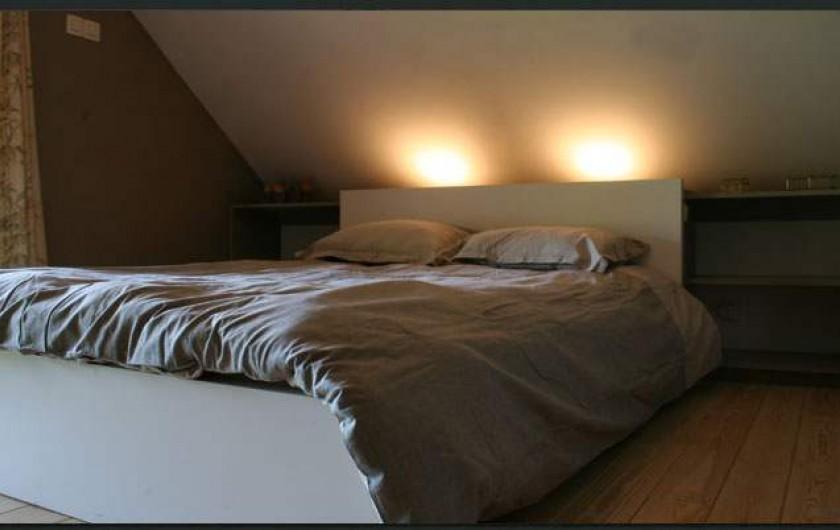 Location de vacances - Gîte à Waulsort - La 2è chambre du premier avec un lit double et un lit simple avec terrasse