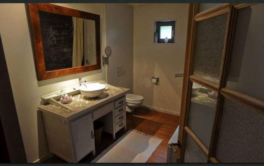 Location de vacances - Gîte à Waulsort - La salle de bain avec baignoire, table à langer et toilette