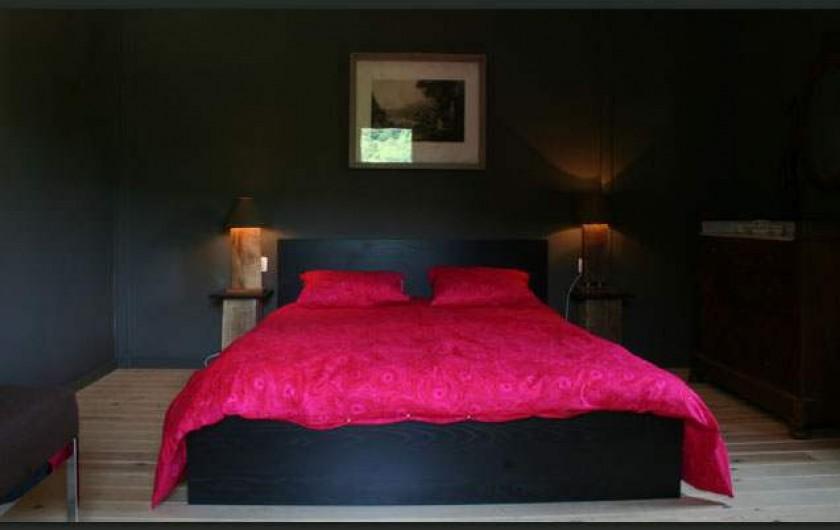 Location de vacances - Gîte à Waulsort - Chambre du Rez de chaussée pour 2 personnes et un lit bébé.