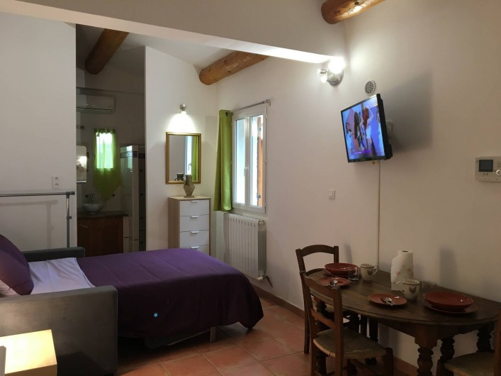 """Location de vacances - Gîte à Carpentras - Espace nuit et sdb - studio """"La Véranda"""""""