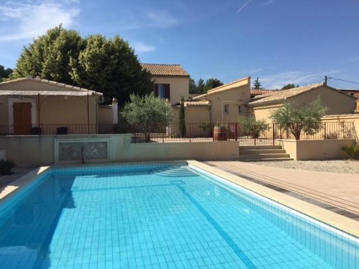 Location de vacances - Gîte à Carpentras - Ensemble du gîte (Le Cabanon-La Ferme au fond- La Véranda à gauche-piscine)