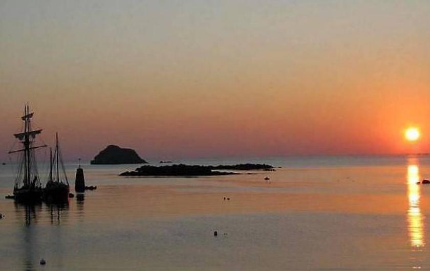 Location de vacances - Gîte à Ouessant - Vue et couchers de soleil exceptionnels au port de Lampaul à 500m du gîte