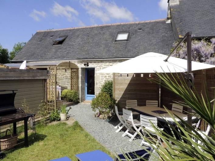 Location de vacances - Gîte à Saint-Jean-Trolimon - Salon de jardin avec grand parasol, barbecue  et espace Jeux couvert et clos