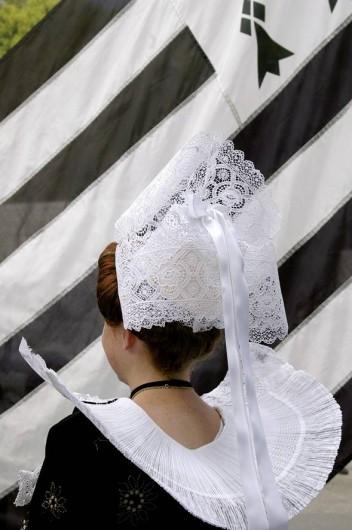 Location de vacances - Gîte à Saint-Jean-Trolimon - Festival de Cornouailles à Quimper (20km)_Coiffe dentelle de dos-fond drapeau