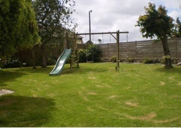 Location de vacances - Maison - Villa à Plouider - jardin avec terrasse et balançoire