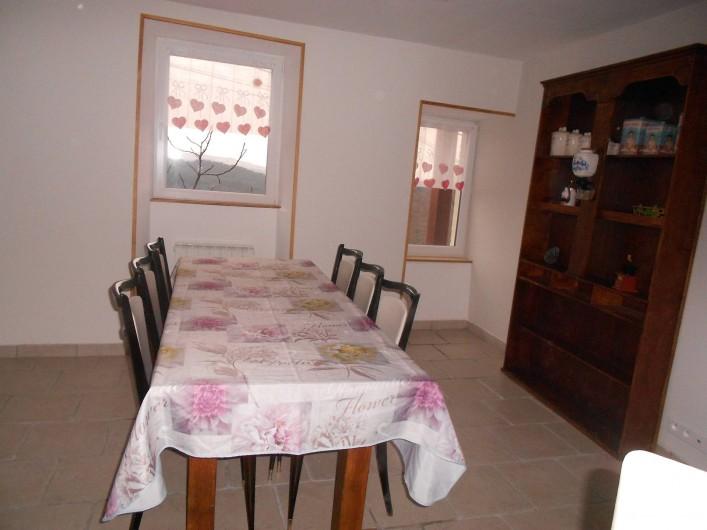 Location de vacances - Gîte à Vals-les-Bains - La cuisine aménagée donnant sur la terrasse