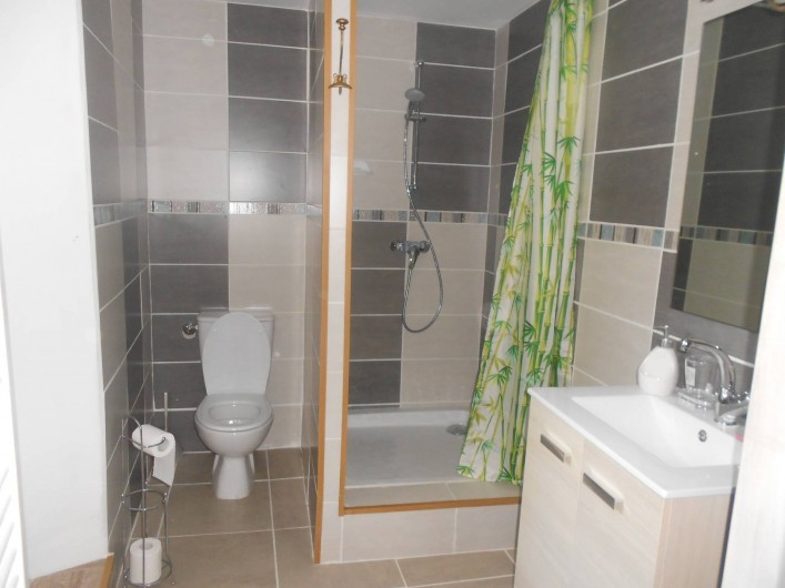 Location de vacances - Gîte à Vals-les-Bains - Salle d'eau avec douche/repos/calme/