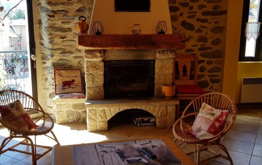 Location de vacances - Gîte à Formiguères - Salon avec feu ouvert