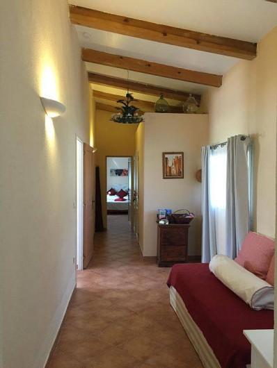 Location de vacances - Villa à Calvi - Piece de junction entre les deux chambres.