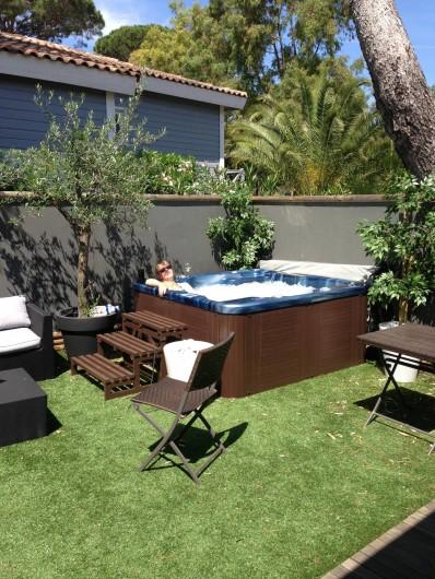 Location de vacances - Maison - Villa à Gassin - Côté jardin avec Jacuzzi et coin salon