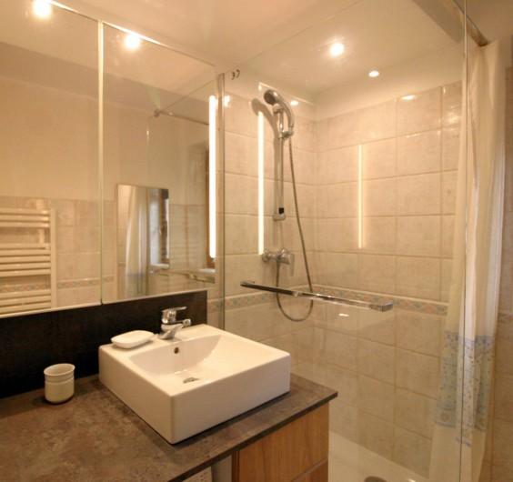 Location de vacances - Villa à Seillans - La salle de bain rez de jardin