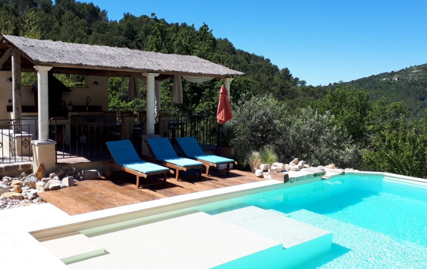 Location de vacances - Villa à Seillans - Vue sur le poolhouse