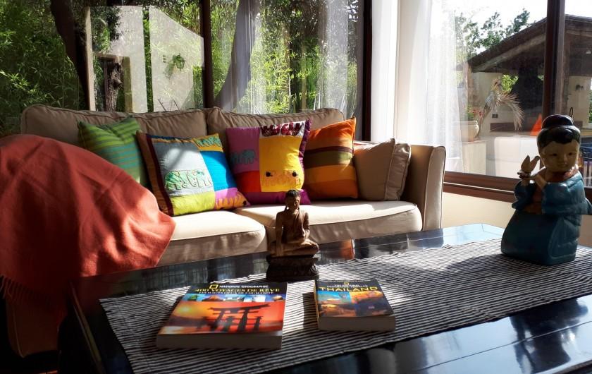 Location de vacances - Villa à Seillans - Le salon d'été avec vue sur la piscine