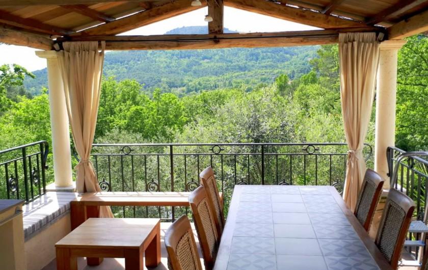 Location de vacances - Villa à Seillans - Le poolhouse et sa vue sur les collines