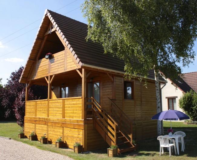 Location de vacances - Chambre d'hôtes à Poses - Le chalet avec sa terrasse couverte son balcon.