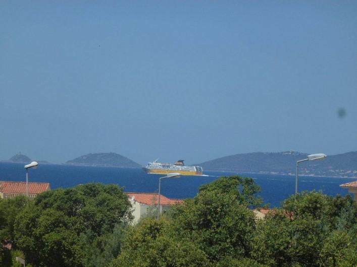 Location de vacances - Appartement à Porticcio - vue sur les iles sanguinaires depuis la terrasse