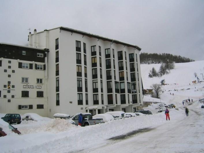 Location de vacances - Appartement à Le Super-Sauze - Vue extérieure de l'immeuble.