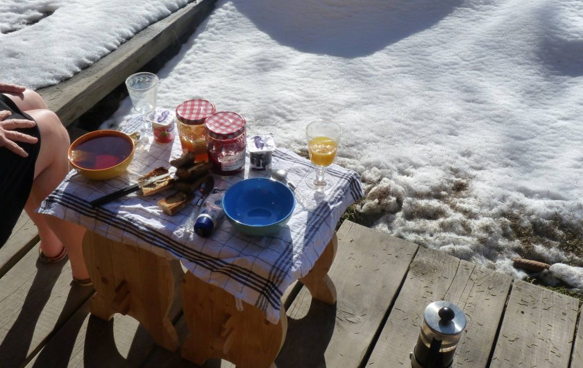 Location de vacances - Chalet à Saint-Gervais-les-Bains - Petit dejeuner au soleil d hiver