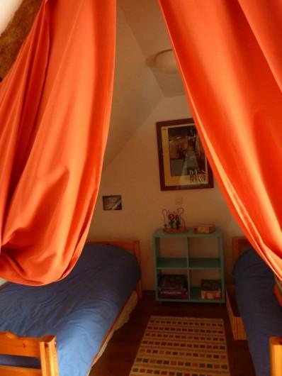 Location de vacances - Gîte à Cancale - Petit coin dodo derrière les rideaux