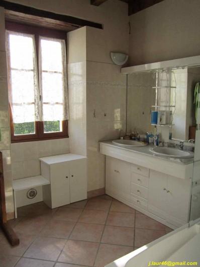 Location de vacances - Gîte à Valprionde - La salle de bain du RDC avec baignoire, bidet et double vasque
