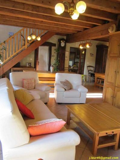 Location de vacances - Gîte à Valprionde - Le salon et l'escalier menant à la mezzanine