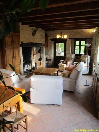 Location de vacances - Gîte à Valprionde - Le salon et son cantou, cheminée quercynoise
