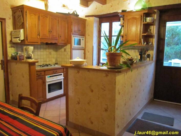 Location de vacances - Gîte à Valprionde - La cuisine équipée et son coin repas