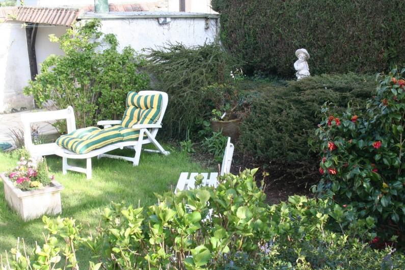 Location de vacances - Chambre d'hôtes à Ochancourt - jardin arrière sous le soleil