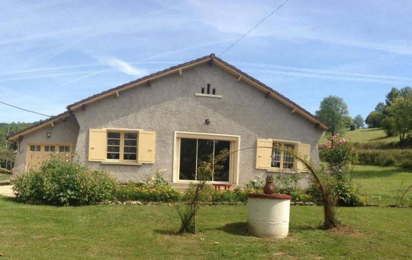 Location de vacances - Gîte à Auriac-du-Périgord - Devant de la maison sur espace paysagé (500m2) avec table basse en terrasse.
