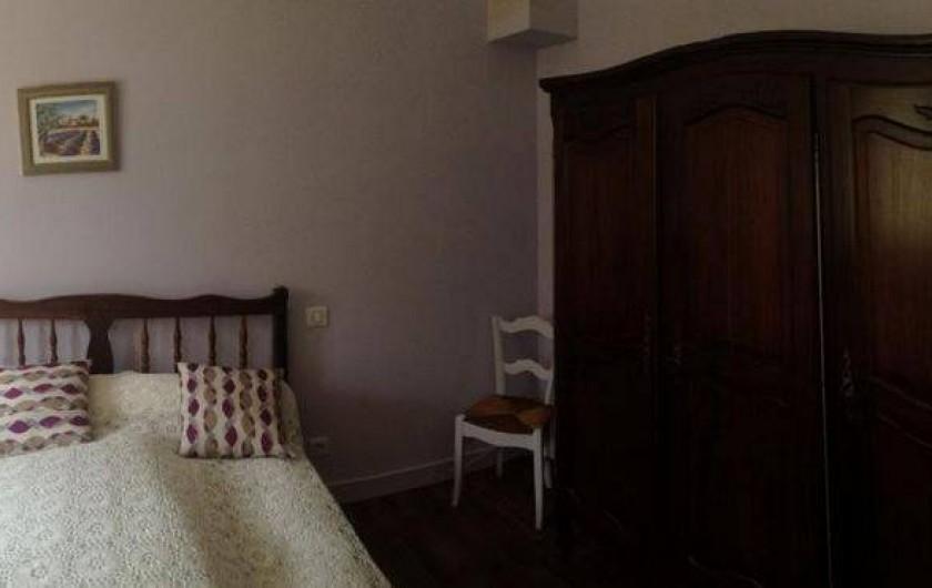 Location de vacances - Gîte à Auriac-du-Périgord - Chambre parme, spacieuse avec armoire