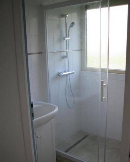 Location de vacances - Gîte à Auriac-du-Périgord - Salle de bain , douche à l'italienne et lavabo