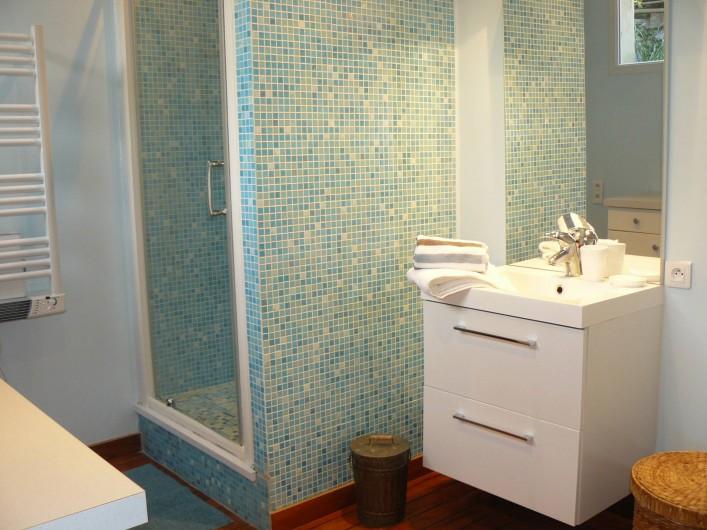 """Location de vacances - Maison - Villa à Neuville-lès-Dieppe - La salle de douche de la chambre """"Mer"""""""