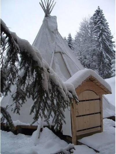 Location de vacances - Tipi à Mont-Saxonnex - Une ambiance féérique avec la neige qui recouvre les toiles des tentes Altipik
