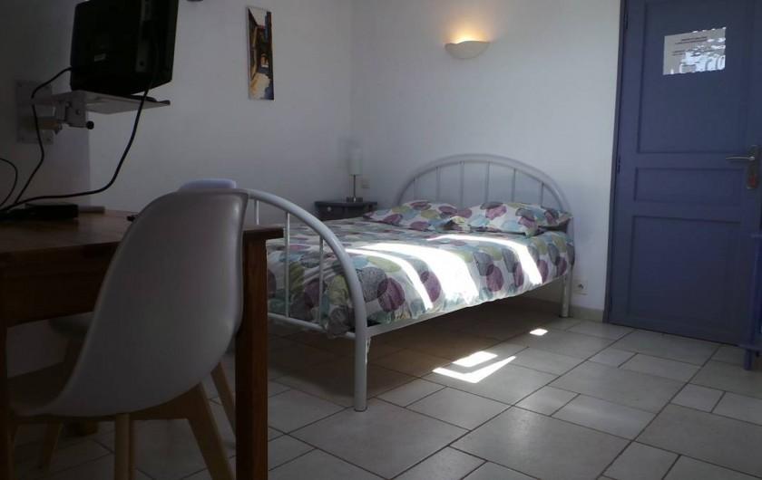 """Location de vacances - Villa à Bezouce - Chambre """"Syrah"""" lit en 140, tv, climatisation et salle d'eau privative"""